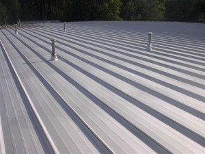 Asphalt-based roof coating with aluminum pigment